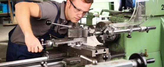 Industriemechaniker bei der Arbeit